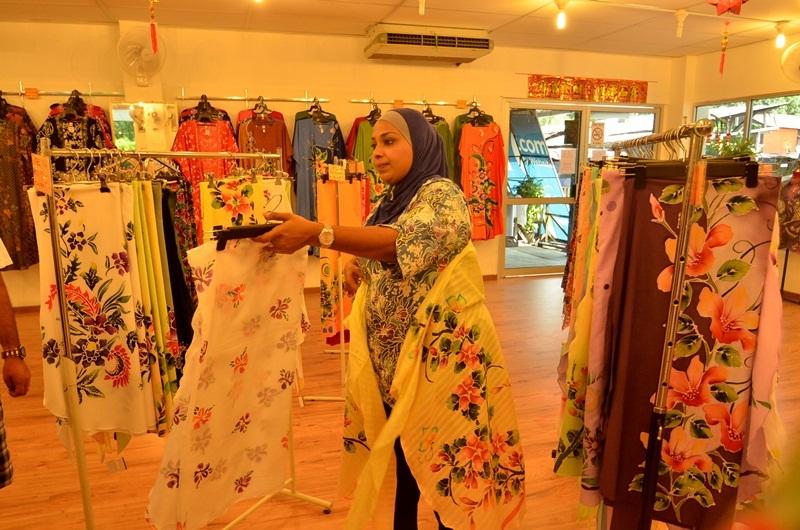 Vải batik cũng được dùng để làm các đồ như ba lô, ga trải giường, quạt cầm tay, khung ảnh, các đồ trang trí trong nhà như khăn trải bàn nhiều họa tiết... Đến đây, bạn cũng sẽ biết được quá trình làm nên một miếng vải qua sự hướng dẫn của các thợ thủ công.