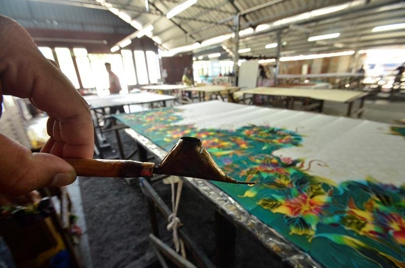 Chiếc bút đi nét của người thợ vải Batik.