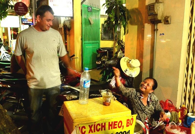 Lip thích người Việt Nam hiền hòa và cuộc sống ở Sài Gòn. Ở quê nhà, Lip cảm thấy cuộc sống khá tẻ nhạt, người ta chỉ biết đến công việc, rất ít thời gian nghỉ ngơi.