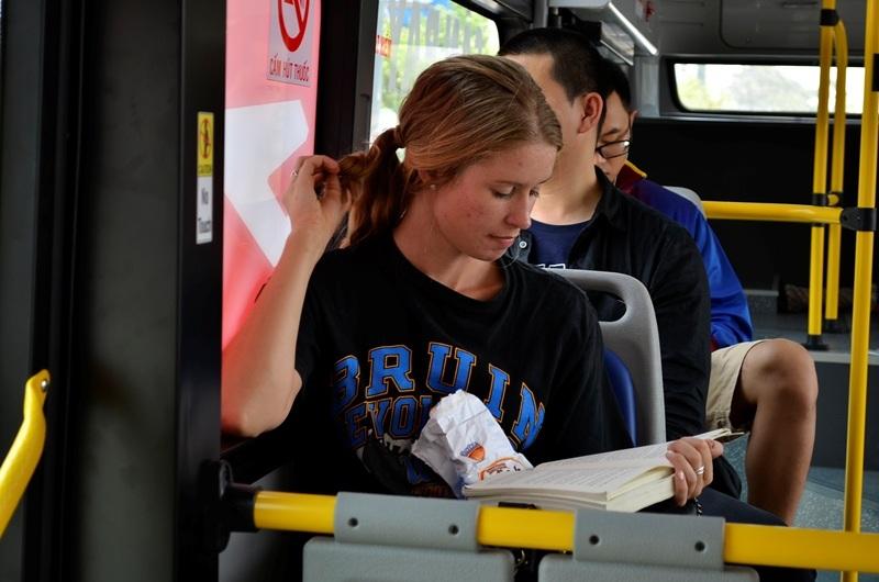 Hành khách có thể đọc sách thoải mái với không gian rộng rãi và êm ái của xe buýt chất lượng cao.