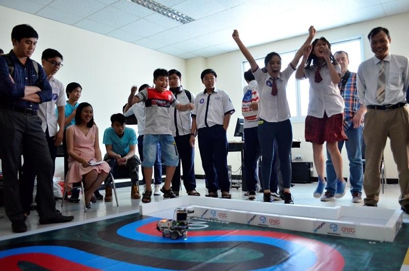 Theo luật thi đấu, các bạn phải cho robot thoát ra khỏi các bức tường. Thoát khỏi các bức tường, robot di chuyển uốn lượn bằng cảm biến màu. Trong hình, các bạn phấn khích khi robot di chuyển nhận dạng màu xanh và đang di chuyển mượt mà.