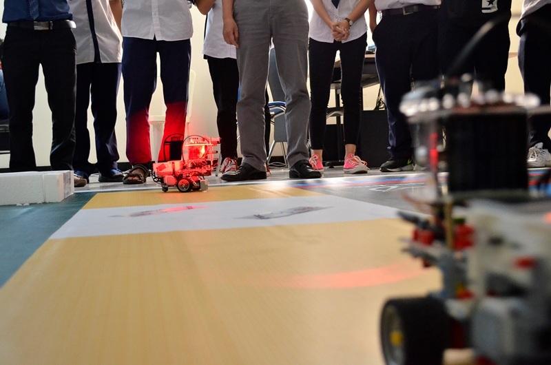 2 robot gặp nhau ở khu vực giao tranh. Theo lập trình, các robot sẽ phải xoay vòng 3600 và bắn tia lazer liên tục về đối thủ.