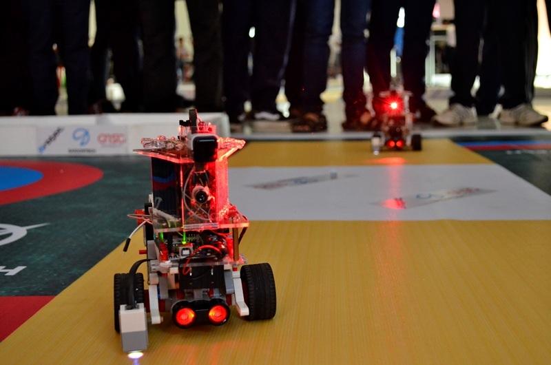 Một robot xạ thủ bắn chính xác mục tiêu. Trên mỗi robot sẽ gắn những tấm cảm biến, tiếp nhận tín hiệu lazer. Số điểm được xác định bằng số phát bắn chính xác.