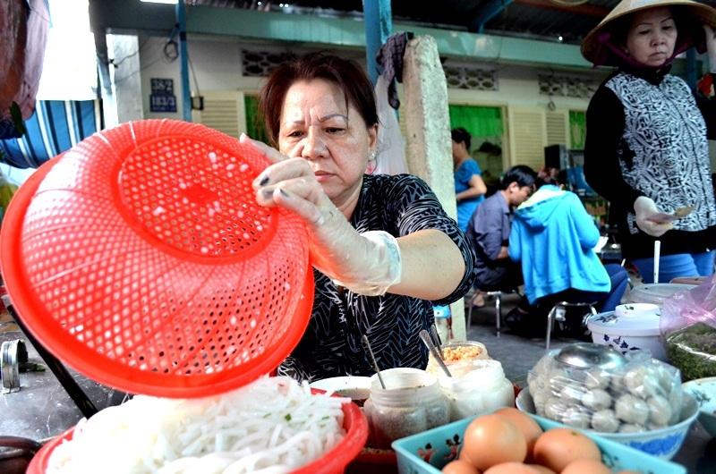 Hàng ngày, cô Huyền sử dụng 10 kg gạo để làm bún. Nước luộc bún sử dụng làm nước dùng, chính vì vậy, nồi nước dùng không dùng xương để hầm có hương vị khá lạ.