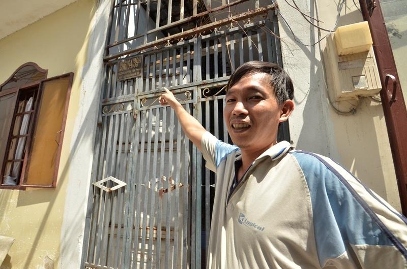 """Anh Sơn đang đứng trước căn nhà có số """"y chang"""" nhà mình."""