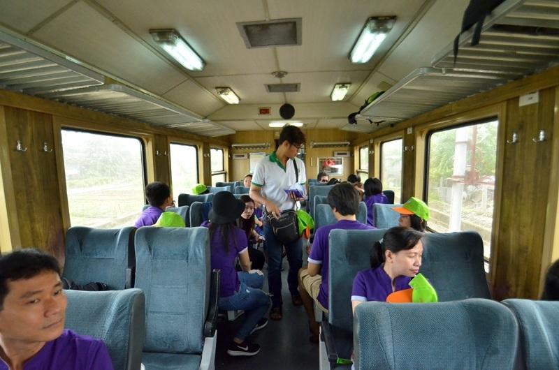 Một đoàn khách tham gia tour đường sắt ngoại ô
