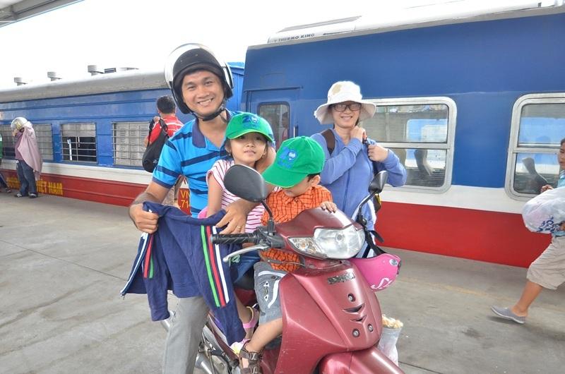 Một gia đình vừa nhận xe máy từ toa hàng.