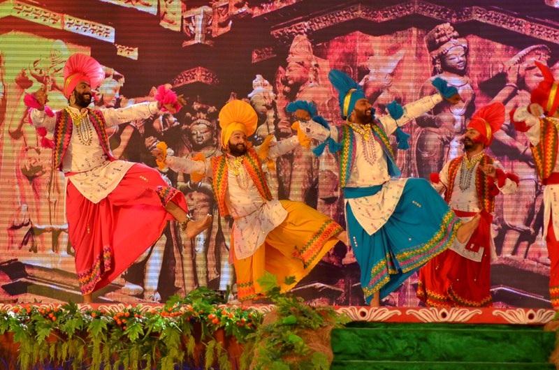 Khác với giai điệu các nước bạn, đoàn nghệ thuật Ấn Độ trình diễn khá sôi nổi.