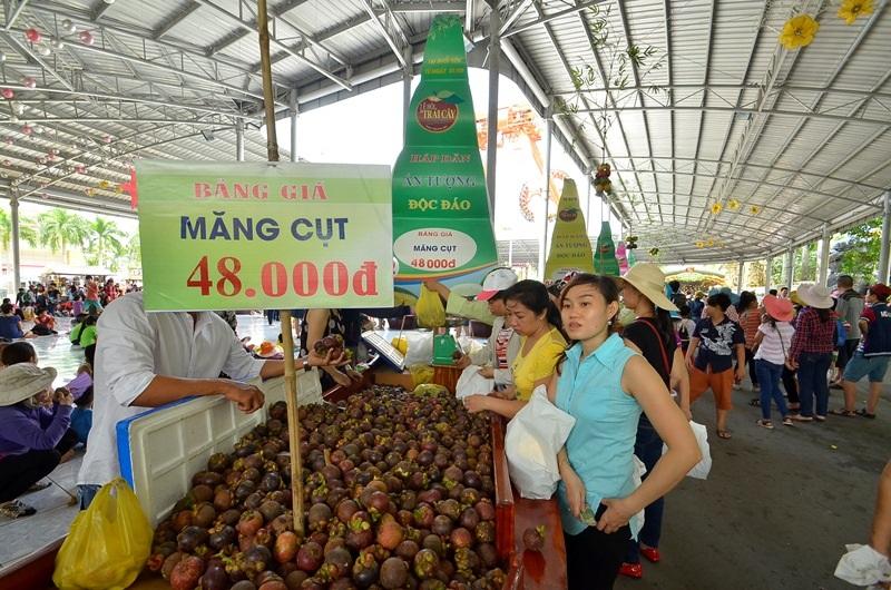 Du khách đang chọn mua những loại trái cây mình thích.