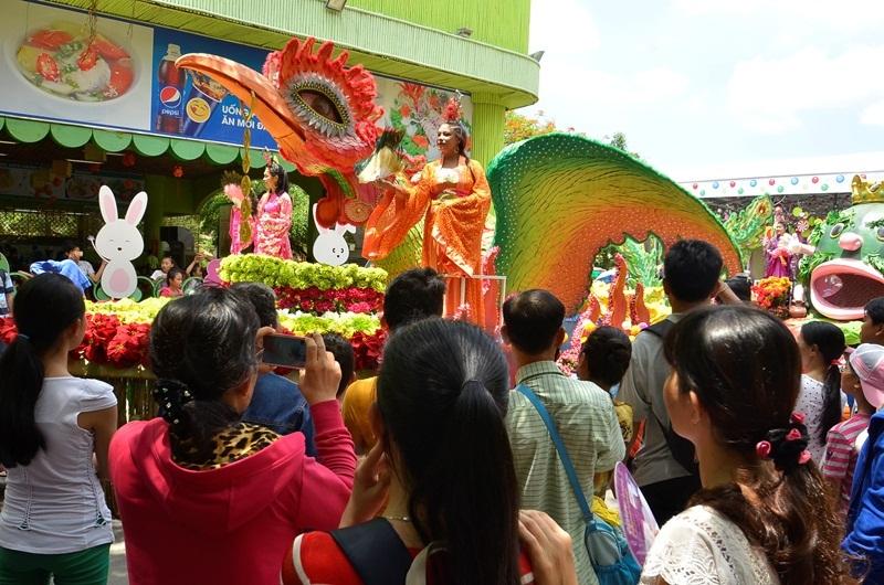 Du khách thích thú với chương trình diễu hành.