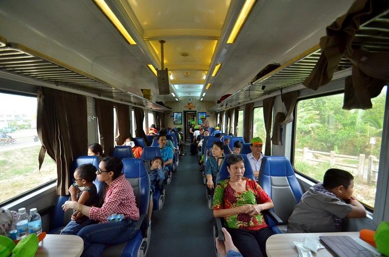 Ngồi trên toa tàu, hành khách có thể thư giãn, ngắm cảnh vật hai bên tàu.