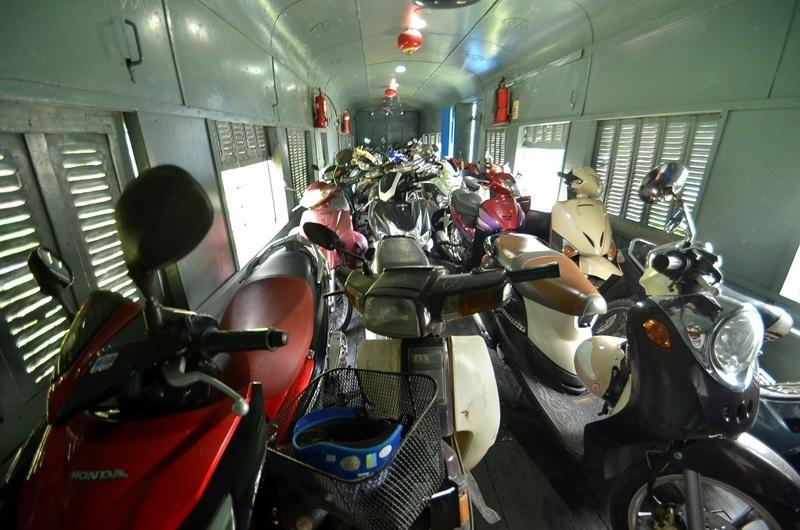 Tàu du lịch ngoại ô bố trí một toa dành cho xe máy, chính vì điều này đã làm du khách lựa chọn tour do tiện lợi.