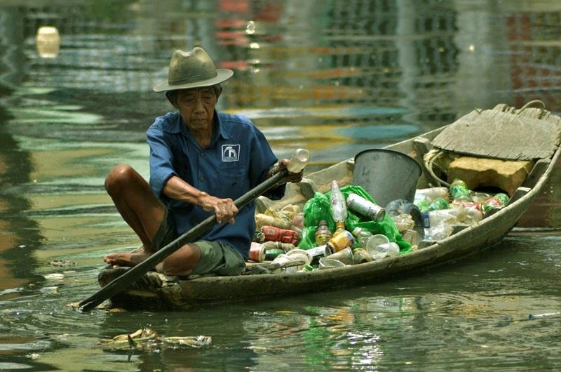 """Một người hành nghề sửa xe trên đường Võ Văn Kiệt cho biết: """"Cả một xuồng ve chai bán được chừng vài chục ngàn nhưng đã nuôi sống gia đình ông Bảy nhiều năm qua…""""."""
