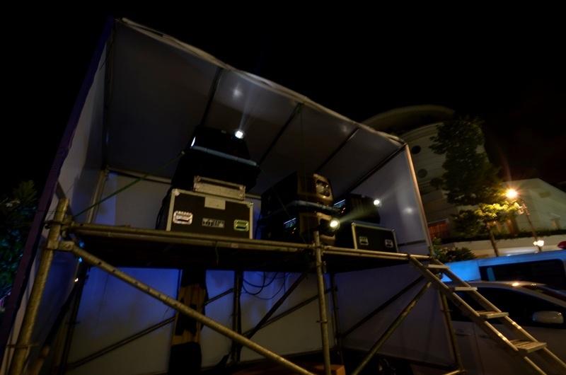 Hình ảnh trên tòa nhà UBNDTP được ghép từ 4 máy chiếu.