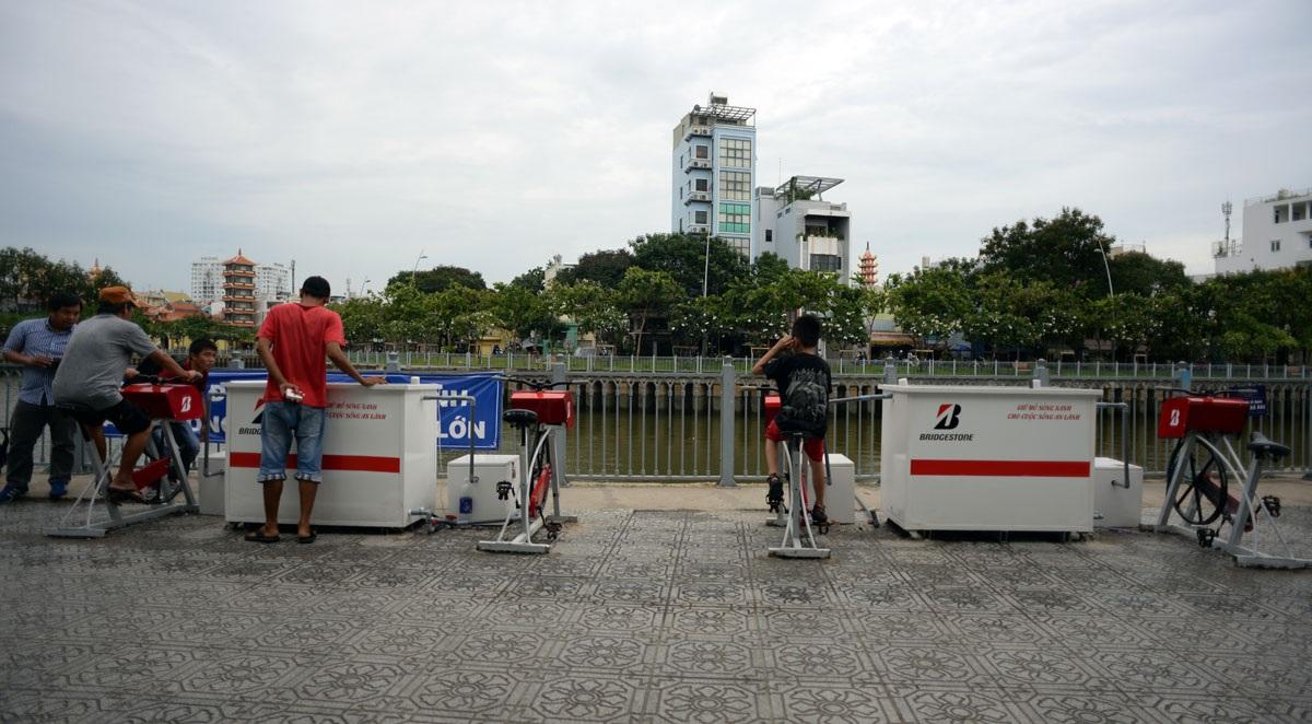 Thời gian gần đây, trên kênh Nhiêu Lộc (đoạn ở gần nhà thi đấu Rạch Miễu, phường 2, quận Phú Nhuận, TPHCM) xuất hiện bốn chiếc máy tập thể dục và hai thùng chứa nước khiến nhiều người dân tò mò.