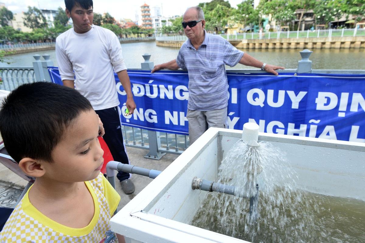 Nước từ dưới kênh sẽ được bơm trực tiếp lên bồn chứa và được lọc sạch trước khi chảy lại xuống kênh.