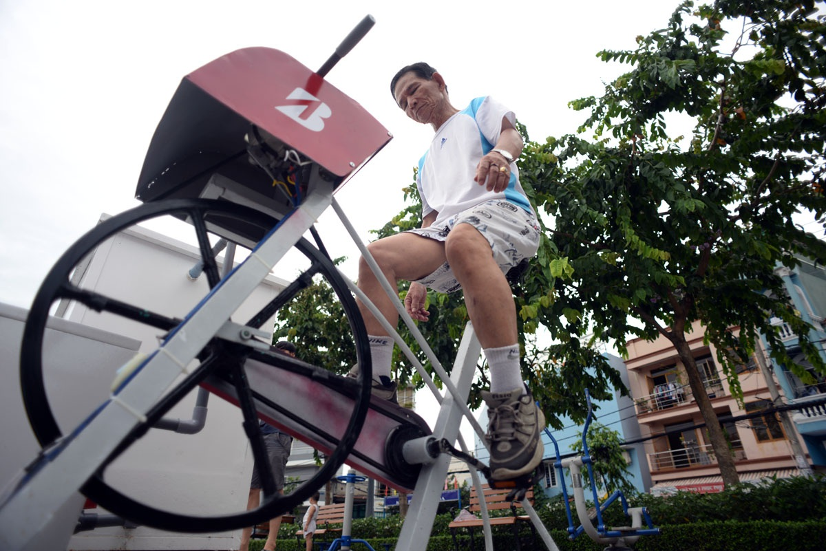 Đây là những chiếc máy vừa có thể tập thể dục, vừa lọc nước hồ sạch hơn do một công ty lắp đặt phục vụ người dân Sài Gòn