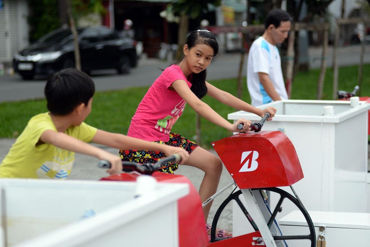Mỗi buổi chiều, nhiều trẻ em và người lớn tuổi thường ra đây đạp xe để tập thể dục, vừa tăng cường sức khỏe và góp phần cải thiện nguồn nước kênh