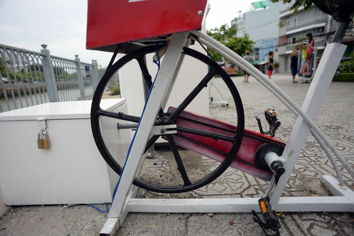 Khi người sử dụng làm bánh xe chuyển động tạo vòng quay cho chiếc mô tơ hoạt động và phát ra dòng điện
