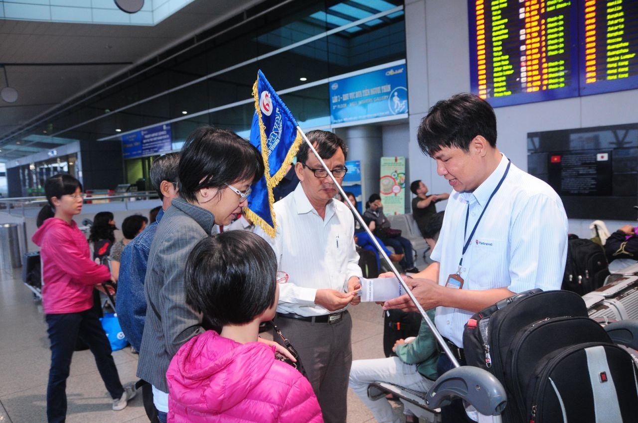 HDV tiếng Trung với đầy đủ cờ đoàn, thẻ đeo đang hướng dẫn khách sân bay Tân Sơn Nhất. Bên cạnh những HDV chuyên nghiệp, vẫn còn một lượng lớn HDV không chuyên là người Việt gốc Hoa nhiều kinh nghiệm, giỏi tiếng Trung nhưng bị hạn chế trình độ nghiệp vụ cần xem xét cấp giấy phép ngắn hạn.