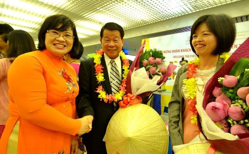 Ngành du lịch TP cần đa dạng hóa các sản phẩm du lịch nhằm nâng cao chất lượng phục vụ du khách. Trong ảnh: bà Văn Thị Bạch Tuyết, GĐ Sở Du lịch TPHCM bắt tay vị khách đầu tiên đến TP đầu năm 2016.
