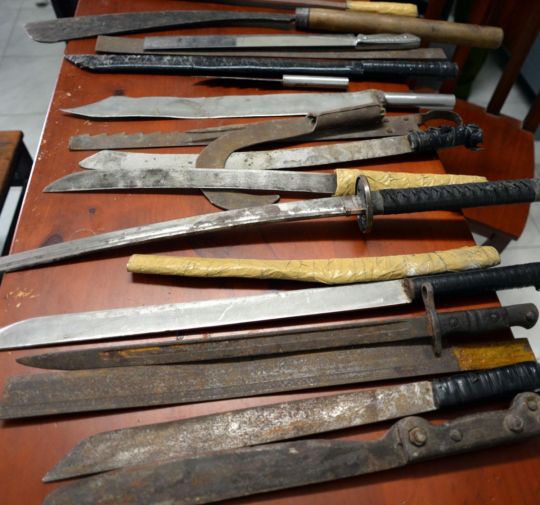 Hầu hết vũ khí đều là mã tấu, dao bấm…người dân cất giữ nay mới mang tới nộp cho chính quyền
