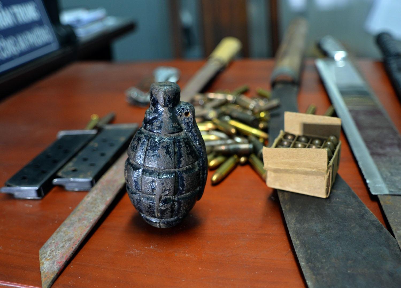Một trái lựu đạn được người dân mang đến nộp tại phường 14 để đổi lấy các món quà như dầu ăn và đường.