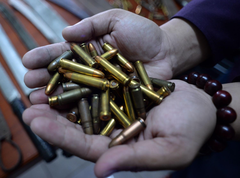 95 viên đạn các loại được một người đi đường nhặt được, giao nộp lại cho công an phường