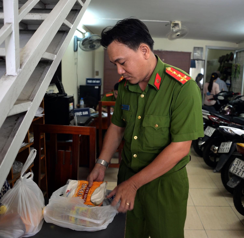 Mỗi người dân giao nộp vũ khí sẽ được tặng một phần quà gồm một lít dầu ăn và một kg đường. Ngoài ra, những người có nhiều vũ khí giao nộp sẽ được tặng nhiều phần quà.