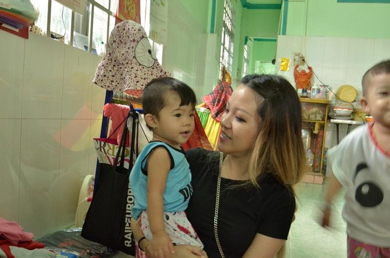 Bạn Nguyễn Hải Âu (Việt kiều Mỹ) mỗi lần về nước đếu đến thăm mái ấm.