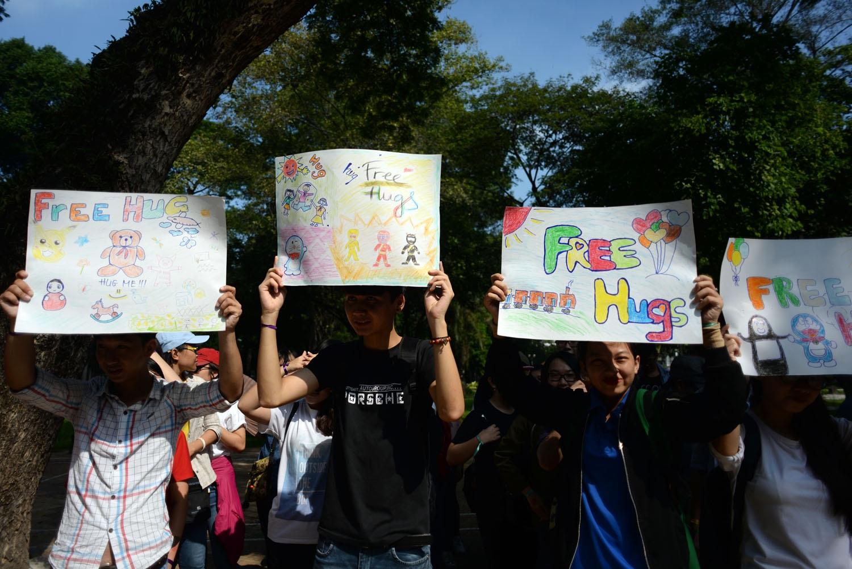 Từ 8 giờ sáng, hàng trăm bạn trẻ có mặt tại công viên Tao Đàn để chuẩn bị cho ngày hội ôm quốc tế. Những tấm biển do các bạn thiết kế với dòng chữ Free Hugs.