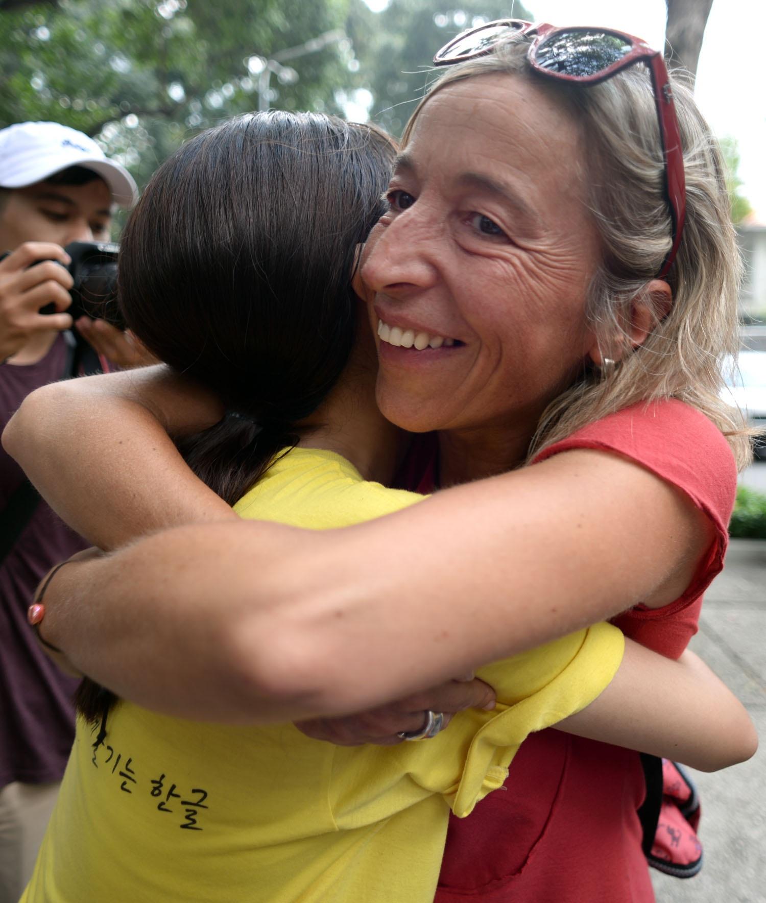 Những du khách nước ngoài tỏ ra hàng hứng và hưởng ứng ngày hội ôm cùng các bạn trẻ.
