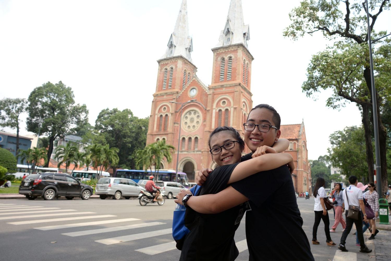 Bạn trẻ Lê Hiếu Ngân và bạn mình cùng đồng hành và trao nhau cái ôm thân tình trước nhà thờ Đức Bà, quận 1.
