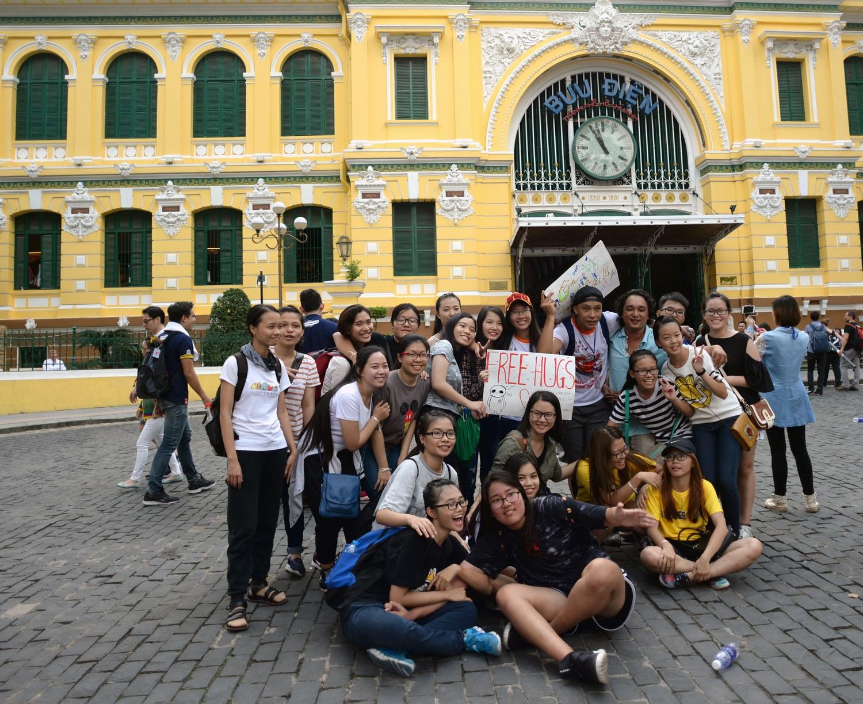 Sau buổi sáng xuống đường, các bạn trẻ chụp hình kỷ niệm tại Bưu điện thành phố khi đã đi hết lộ trình đã định sẵn.