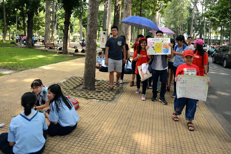 Họ đi dọc các tuyến đường, cầm bảng vẽ Free Hugs và trao tặng cho người đi đường những cái ôm thân tình.