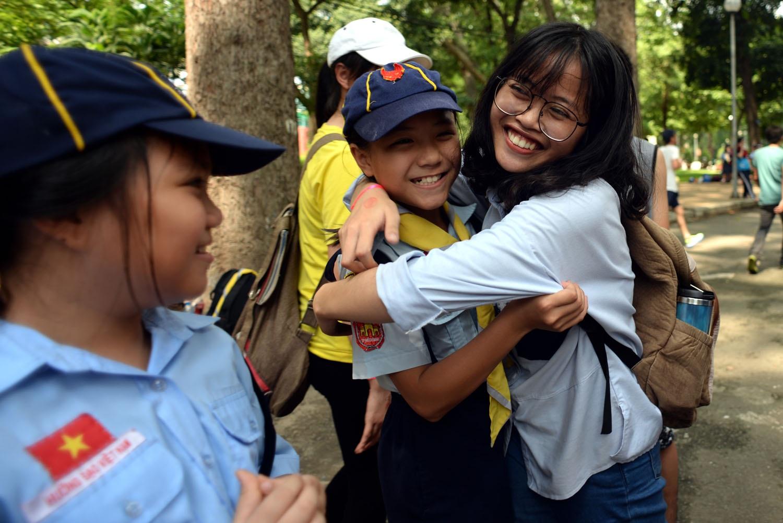 Một thành viên trao cho em nhỏ đang hoạt động hè gần công viên Tao Đàn một cái ôm thắm thiết.