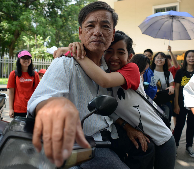 Bác xe ôm ở trước dinh Độc Lập được các bạn trẻ trao tặng những cái ôm.