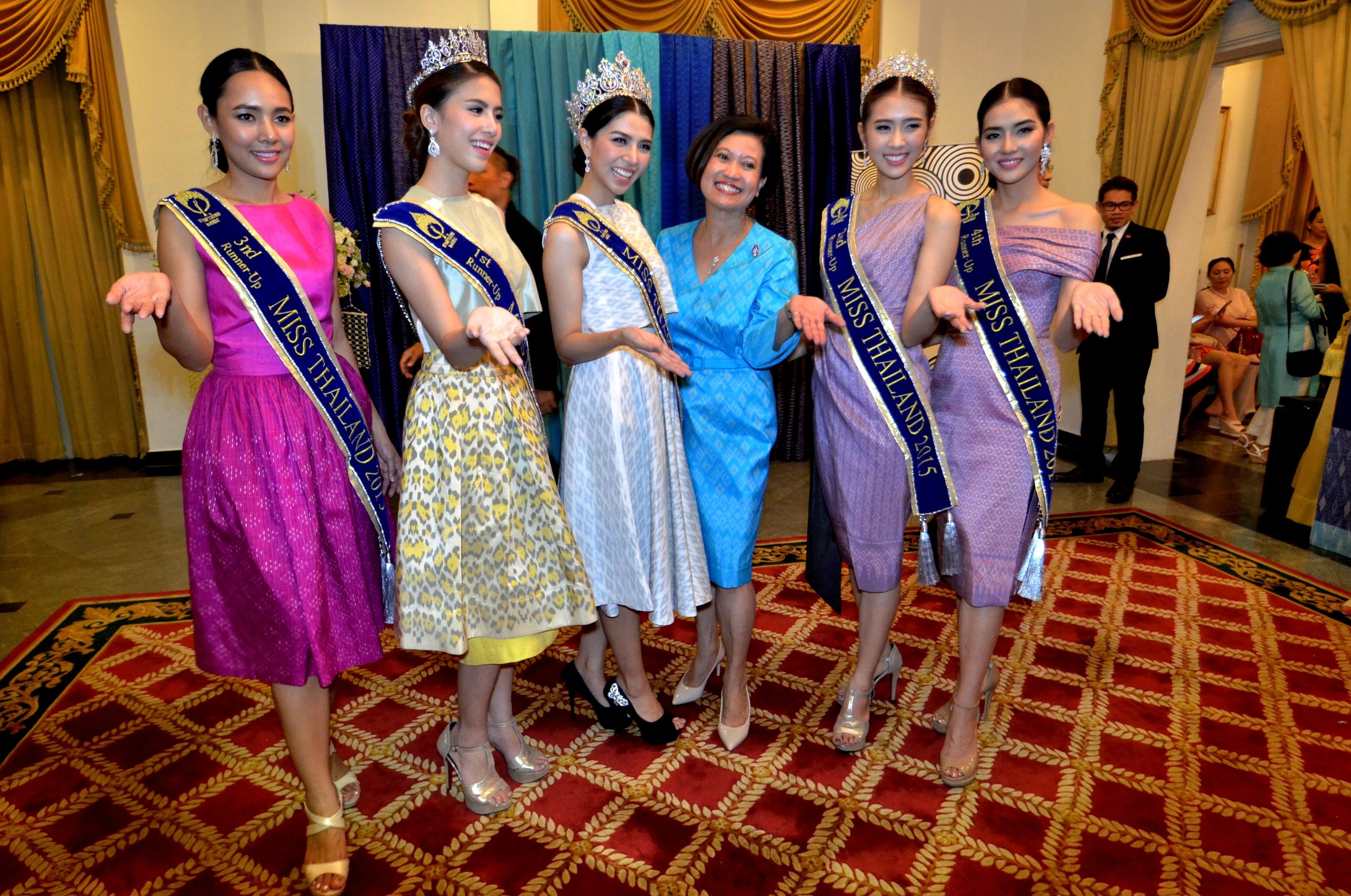 Bà Ureerat RatanaprukseTổng Lãnh sự Vương quốc Thái Lan tại TPHCM bên các hoa hậu Thái.