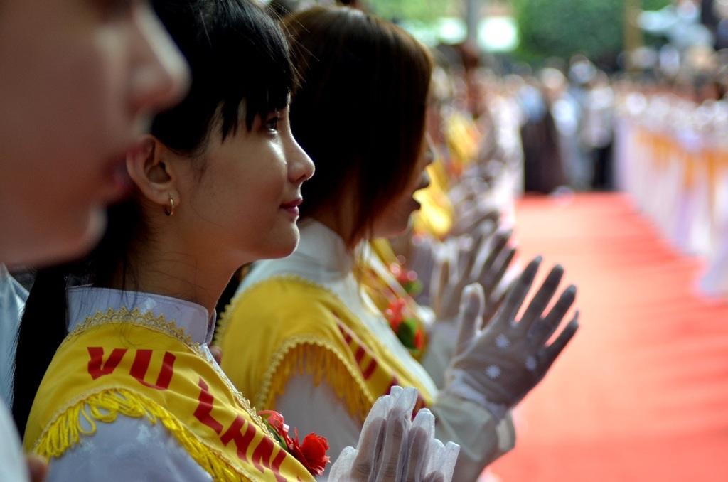 Nhiều nam thanh nữ tú đã quần tụ về nơi cửa Phật, trang nghiêm đón lễ Vu Lan.