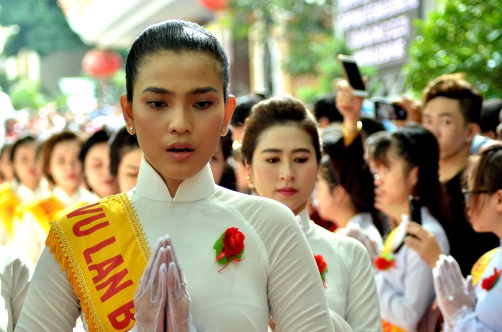 Hoa hậu Trương Thị May có mặt tại đại lễ. May là người ăn chay từ nhỏ và tín ngưỡng Phật giáo. Vì lẽ đó, Vu Lan là ngày lễ rất quan trọng đối với May.