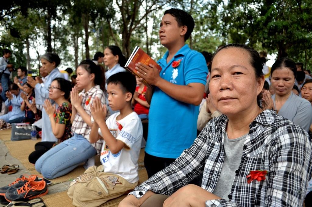 Hạnh phúc cho ai khi được cài bông hoa đỏ thắm. Chị Nguyễn Thị Thanh Thương (quận Bình Thạnh, TPHCM) cho rằng mình thật may mắn khi đến bây giờ còn được cài hoa hồng đỏ thắm. Ba mẹ chị đã ngoài 80 nên chị rất trân quý từng ngày được ở bên cha mẹ.