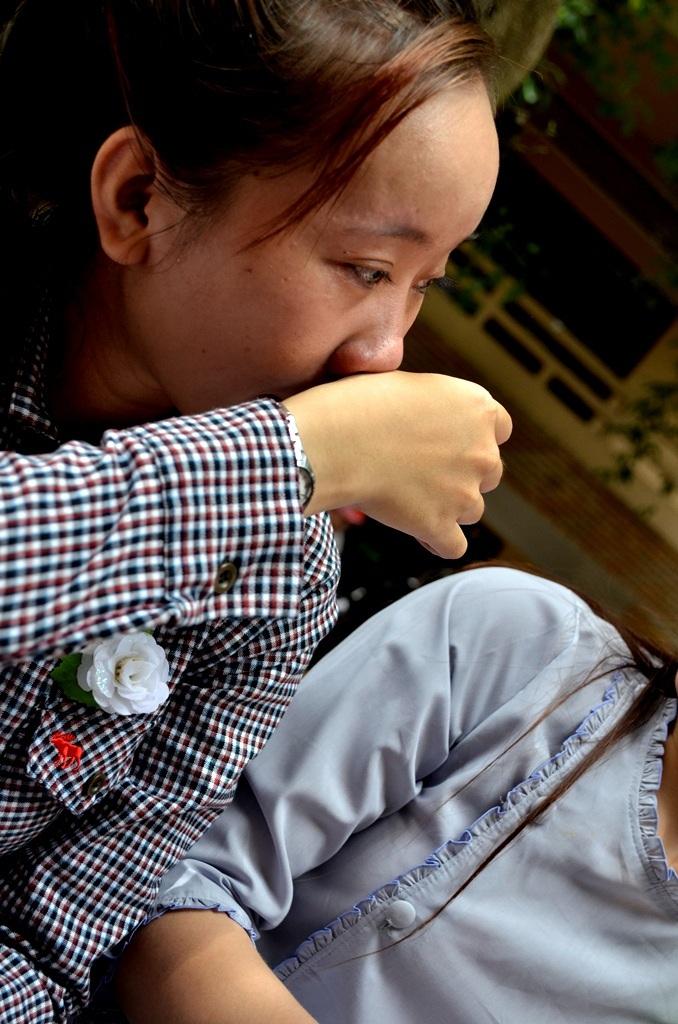 Bạn Trần Thị Hồng Nhung (quê An Giang), chỉ mới ngoài 20 nhưng đã phải cài nhành hoa trắng.