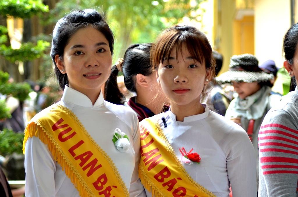 Họ là bạn của nhau. Đến chùa tình nguyện đi gắn từng nhành hoa hồng lên ngực áo từng Phật tử. Nhưng, trong lúc gắn, cảm xúc của họ khác nhau.