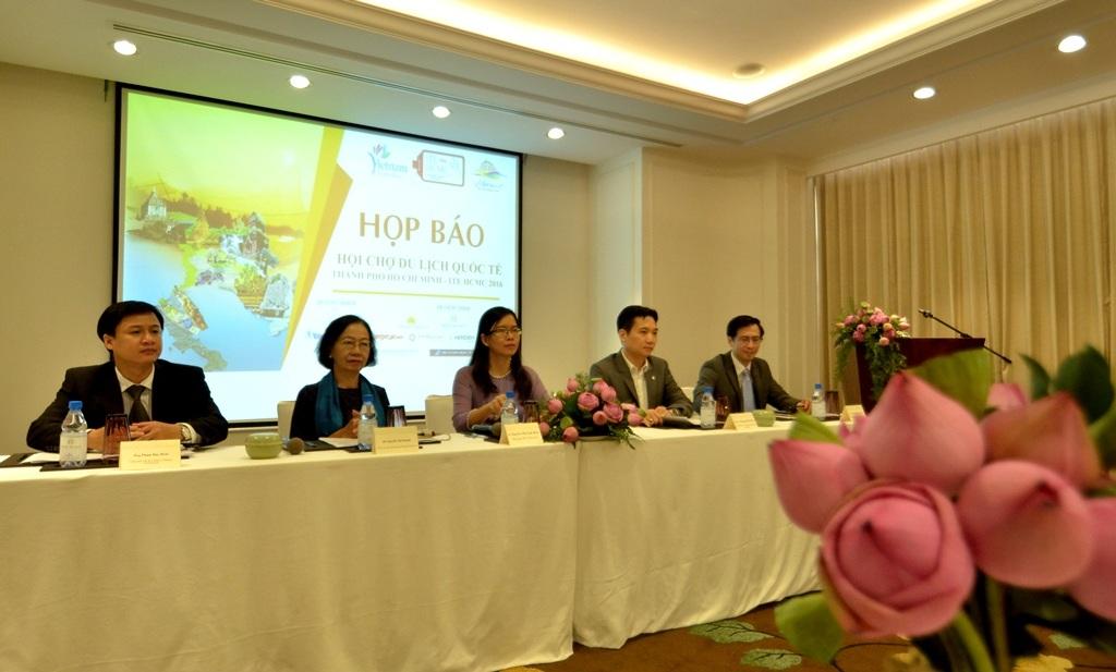 """Bà Nguyễn Thị Ánh Hoa, Phó giám đốc Sở Du lịch TPHCM, Phó Trưởng ban tổ chức ITE HCMC 2016 (ngồi ở giữa)cho biết: """"Số lượng người mua và người bán tại ITE HCMC năm nay tăng thêm 15%. Qua đó, người mua, khách thương mại và khách tham quan sẽ có nhiều cơ hội đạt được mục tiêu của mình trong việc tìm ra những điểm đến hấp dẫn, những hoạt động du lịch thú vị cũng như các gói du lịch hấp dẫn. Hàng trăm chuyên gia du lịch sẽ có mặt tại TPHCM và chúng tôi cũng như người dân thành phố sôi động này sẽ tiếp đón họ nồng nhiệt""""."""