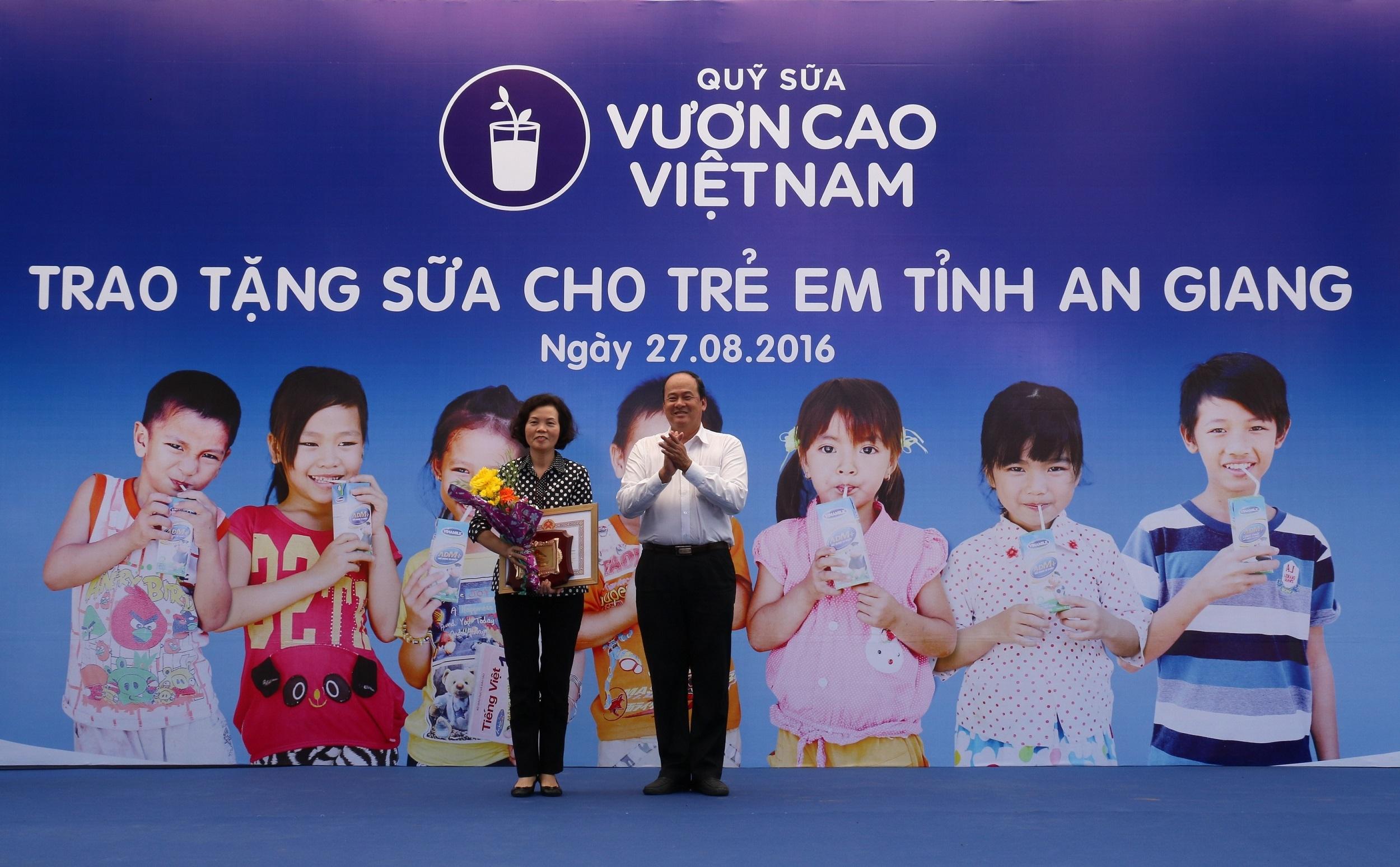 Bùi Thị Hương – Giám đốc điều hành công ty Vinamilk đại diện công ty nhận bằng khen từ UBND tỉnh An Giang vì trong nhiều năm qua đã có nhiều đóng góp cho trẻ em của Tỉnh An Giang.