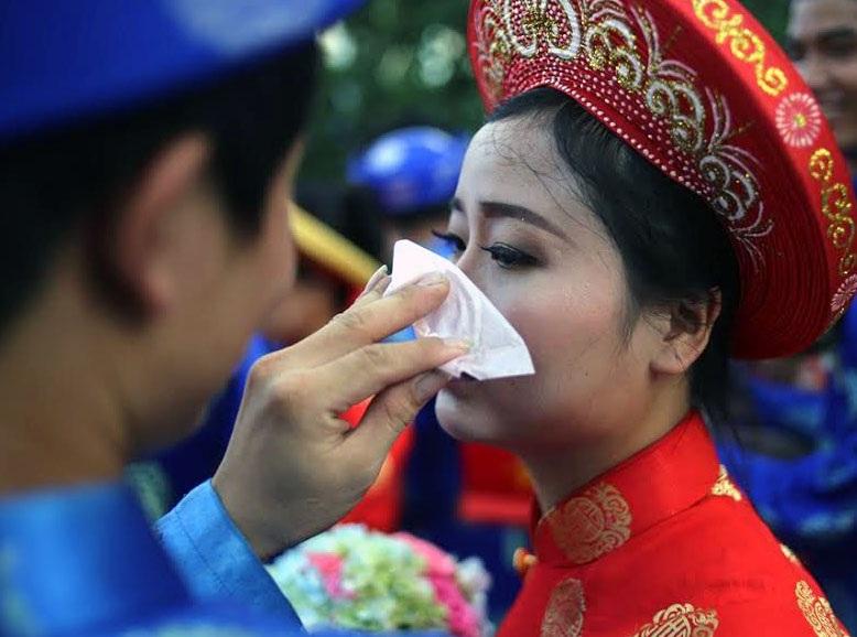 Đoàn đám cưới tập thể xuất phát từ Nhà văn hóa Thanh Niên (quận 1), chú rể sẽ dùng xe đạp điện chở cô dâu đi trên diễu hành trên các tuyến đường trung tâm thành phố. Hình ảnh hạnh phúc của một cô dâu khi được chồng chăm sóc.