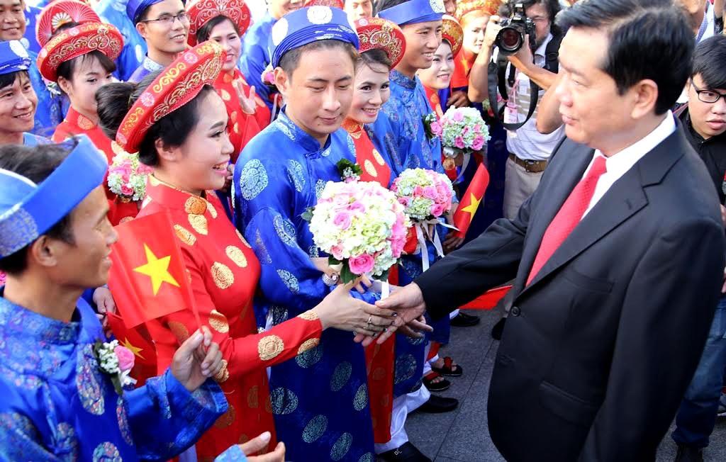 Đồng chí Bí thư Thành ủy TPHCM Đinh La Thăng tham dự lễ cưới tập thể, đến bắt tay và chúc phúc cho từng cặp đôi.