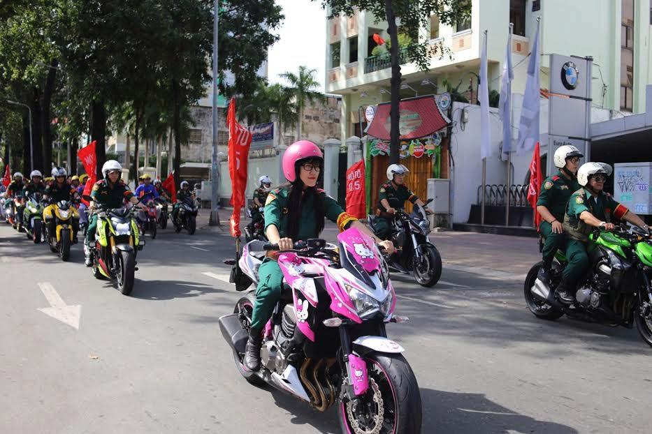 Lễ cưới tập thể được đoàn mô tô dẫn đường đi xung quanh các con đường trung tâm trước khi về trước tượng đài Bác Hồ trước UBND thành phố làm lễ.