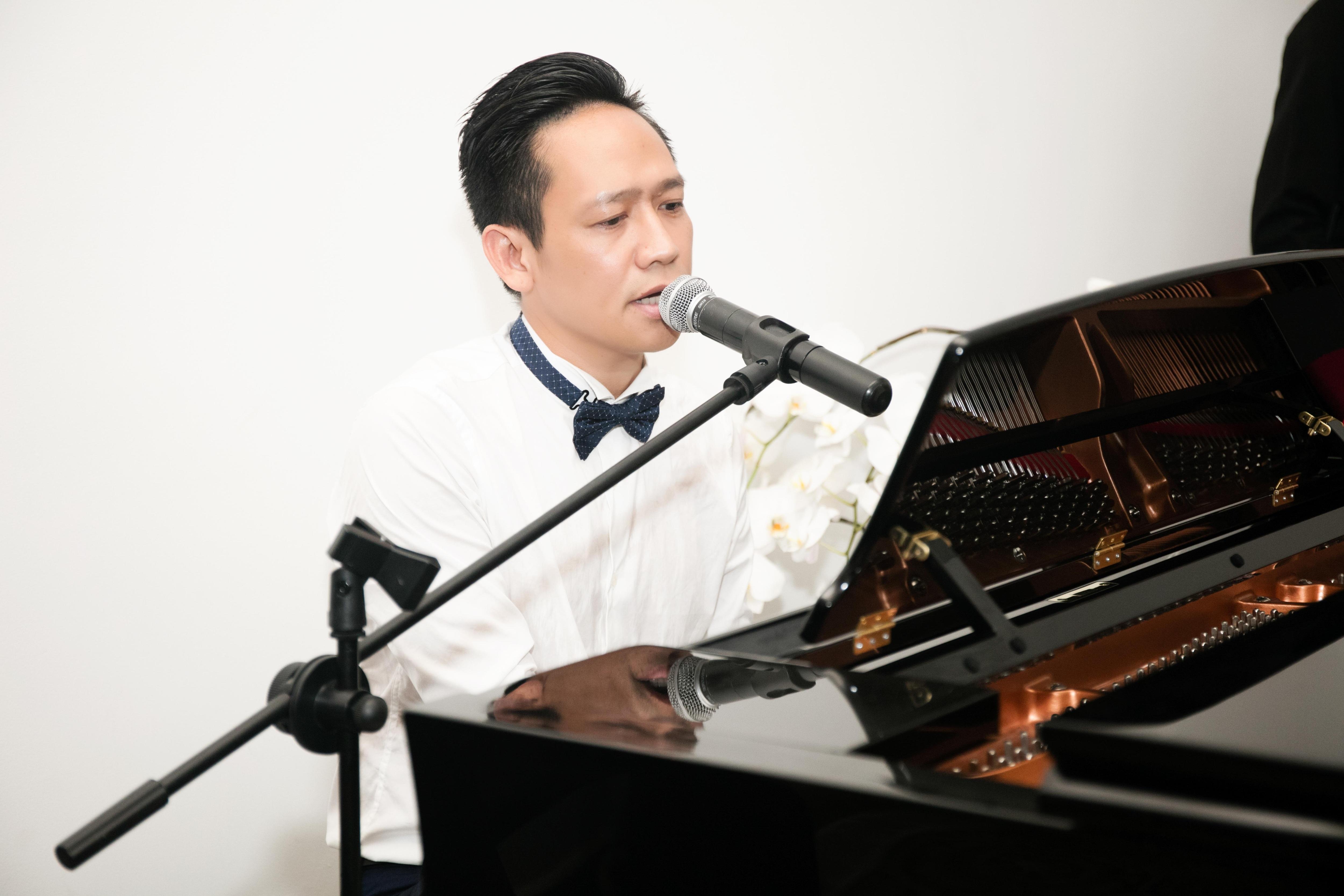 Ca sỹ Duy Mạnh vừa đàn vừa hát góp vui cho bữa tiệc.