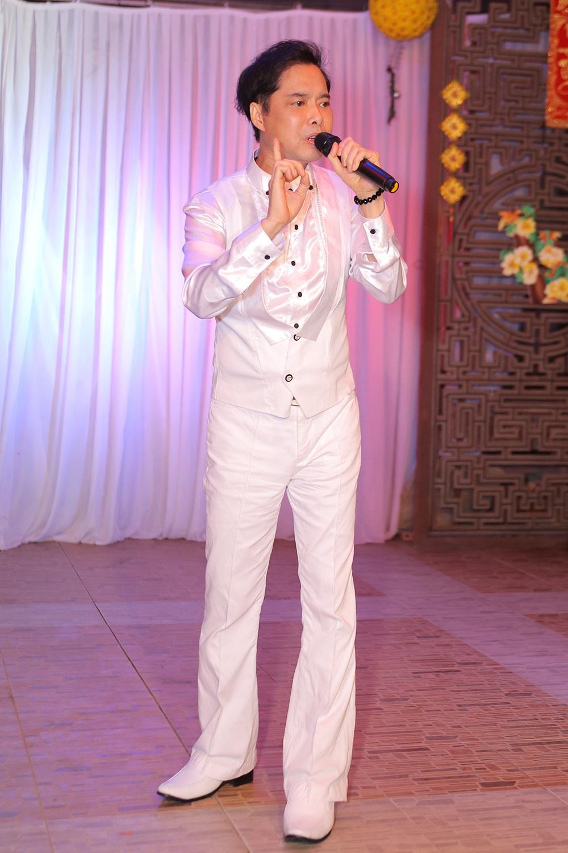 Kể từ khi người cha thân yêu ra đi, Ngọc Sơn rất ít khi xuất hiện nhưng vì mối quan hệ thân thiết với Việt Trinh nên anh đã có dịp tái xuất hát tặng những nghệ sĩ già và ủng hộ tiền mặt 10 triệu đồng.
